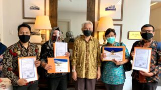 The Handover of MUI Halal Certificate from Halal Acceleration Team of Malang City, Prof. Ir. Mohammad Bisri to the Three General Managers at Salimar Hotel